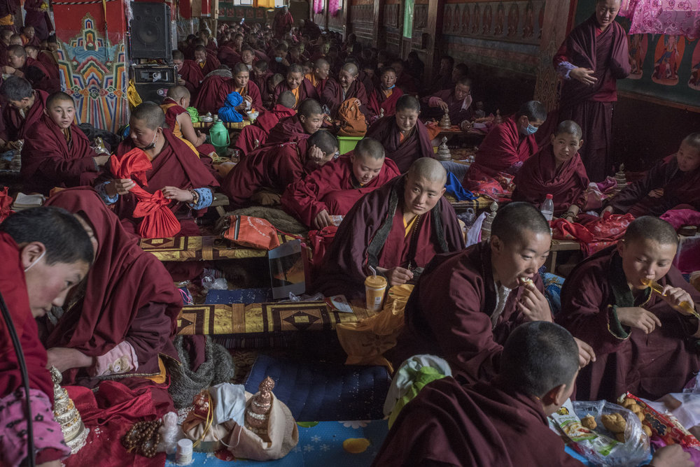 In Yarchen Gar, nuns gathered for a meal before a prayer and study session.  Unlike Larung gar, Yarchen Gar has for the moment been spared by Chinese authorities. However in a previous clampdown on monastic activities, hundreds of nuns had been evicted from Yarchen Gar, only to come back later.