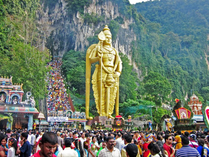 Thaipusam in Batu Caves, Kuala Lumpur, Malaysia in 2011. Cerca 1.5 million people were present on this day, and not one of the 272 steps to the caves was free from pilgrims.