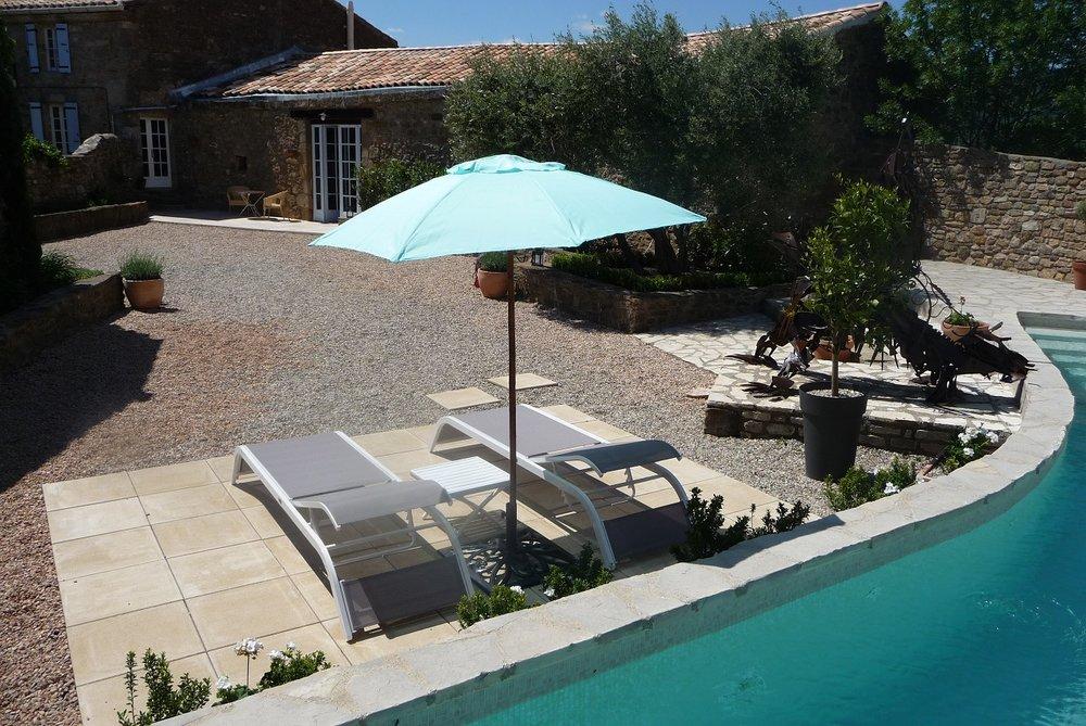 le jardin et la piscine unique un endroit idéal pour profiter du soleil du sud.