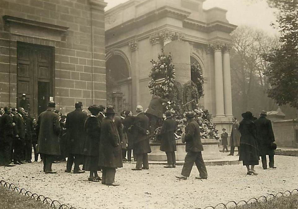 photo of the temporary memorial column to the dead from World War 1, in front of the chapel in division 55.