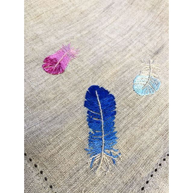 Somewhere over the rainbow bluebirds fly... Blue skies, sunshine and Plumes linen  napkins outside. Four natural linen hand embroidered in silk, extra large 50cm x 50cm dinner napkins available now https://si.je #handembroidery #sijeveux #sijeveuxlondon #linen #dinner #napkins #silk #feathers #plumes #light #london #blueskies #foodie #finedining #lartdelatable #tabledecoration #lartedevivre #interiordecoration #interiordesign #interiordesigner #handmade #handmadeinengland