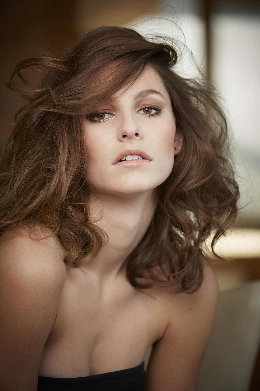 model with loose wavy curls