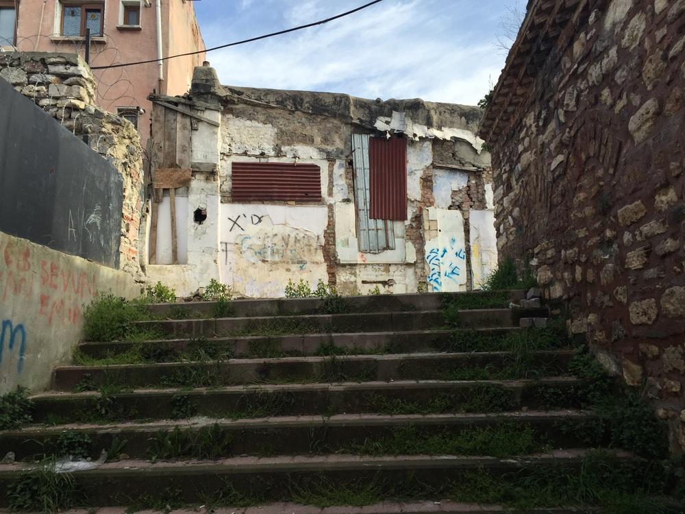 Bilmediğim sokaklara çıkan merdivenlerde