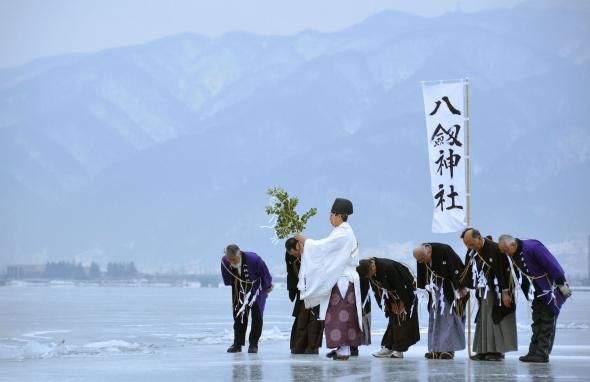 http://news.nationalgeographic.com/2016/04/ice-lake-suwa-japan-torne-river-climate-change-monk-shinto/