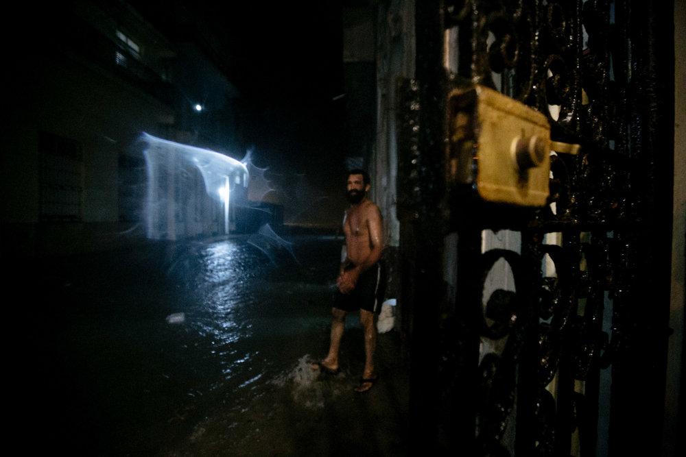 Esse vizinho passou a madrugada inteira ajudando o quarteirão junto com o Juan Miguel que estava nos hospedando. Ao fundo dá pra ver os primeiros momentos do malecón sendo encoberto de água.