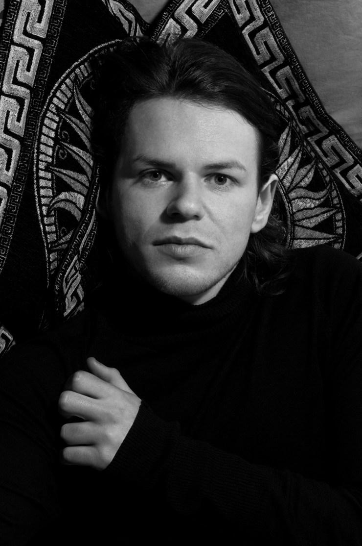 ▲ 이스트 런던 스튜디오에서 하퍼스 바자를 맞아준 디자이너 크리스토퍼 케인 (Christopher Kane). © Joachim Norvik ALL RIGHTS RESERVED