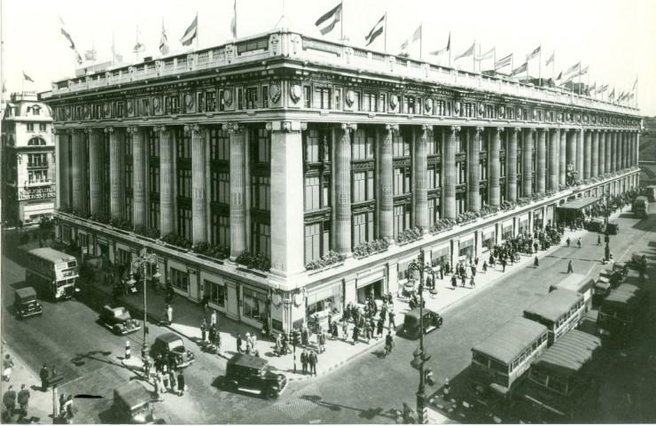 1931년 런던 옥스퍼드 가에 자리한 셀프리지 백화점의 모습