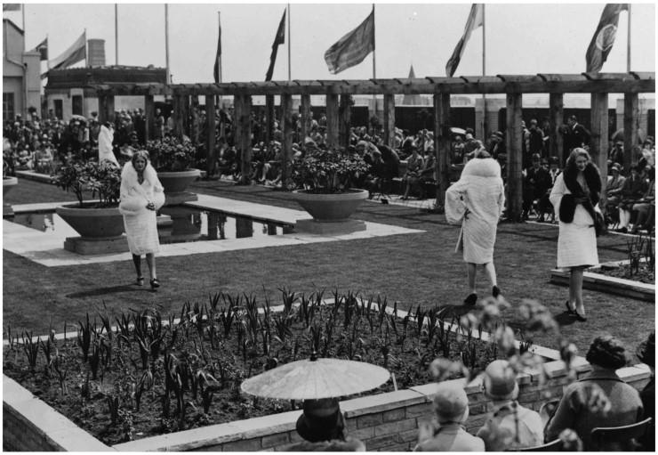 1920년대 후반, 셀프리지 백화점 옥상 정원에서 펼쳐진 패션쇼