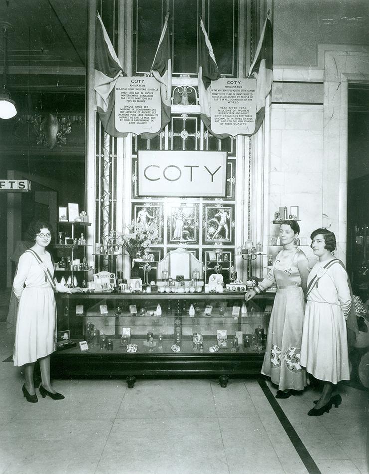 1929년 미국 뷰티 브랜드인 코티 사의 코너가 1층에 자리한 모습. 셀프리지의 아이디어로 뷰티 브랜드들이 백화점 입구와 가장 근접한 1층에 자리하며 매출 상승 효과를 보기 시작했고, 지금도 이 전략은 전 세계 백화점에 널리 사용되고 있다.