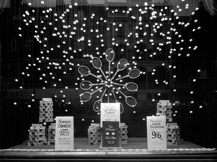 1920-30년 사이로 추정되는 셀프리지 백화점의 윈도우 사진. 당시 화제였던 테니스를 주제로 한 위트 넘치는 디스플레이. 실제로 셀프리지 백화점의 윈도우 디스플레이는 늘 획기적이고 혁신적인 비쥬얼로 지나가는 행인들의 시선을 한껏 자극한 것으로 유명하다.