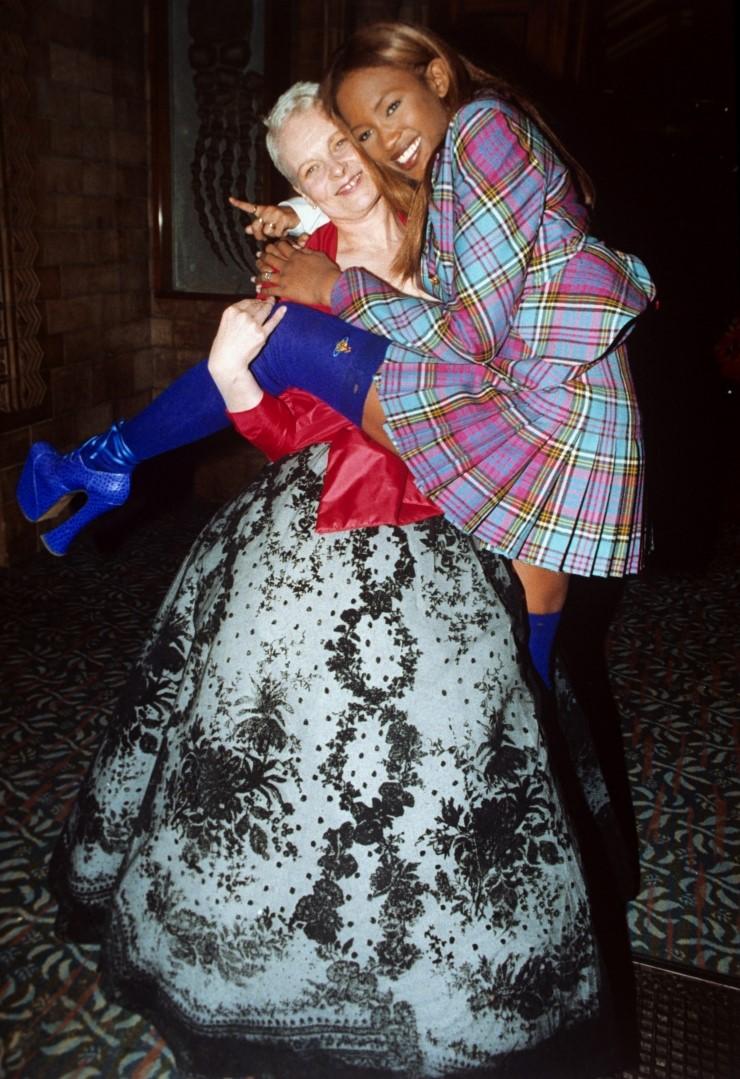 8인치 플랫폼을 신고 런웨이에서 엉덩방이를 찧었던 나오미 캠벨과 펑크의 여왕 비비안 웨스트우드 (1993 F/W) 사진/ Press Association Images