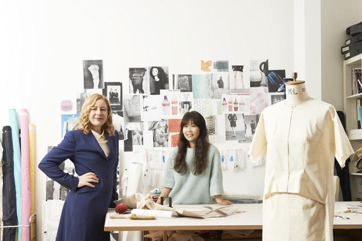 심사위원장과 수상자 관계를 오랫동안 이어오고 있는 사라 무어와 디자이너 이정선. 사라는 이정선의 스튜디오에서 촬영하면 어떻겠냐고 <보그 코리아>에 제안했다. 사진/서원기