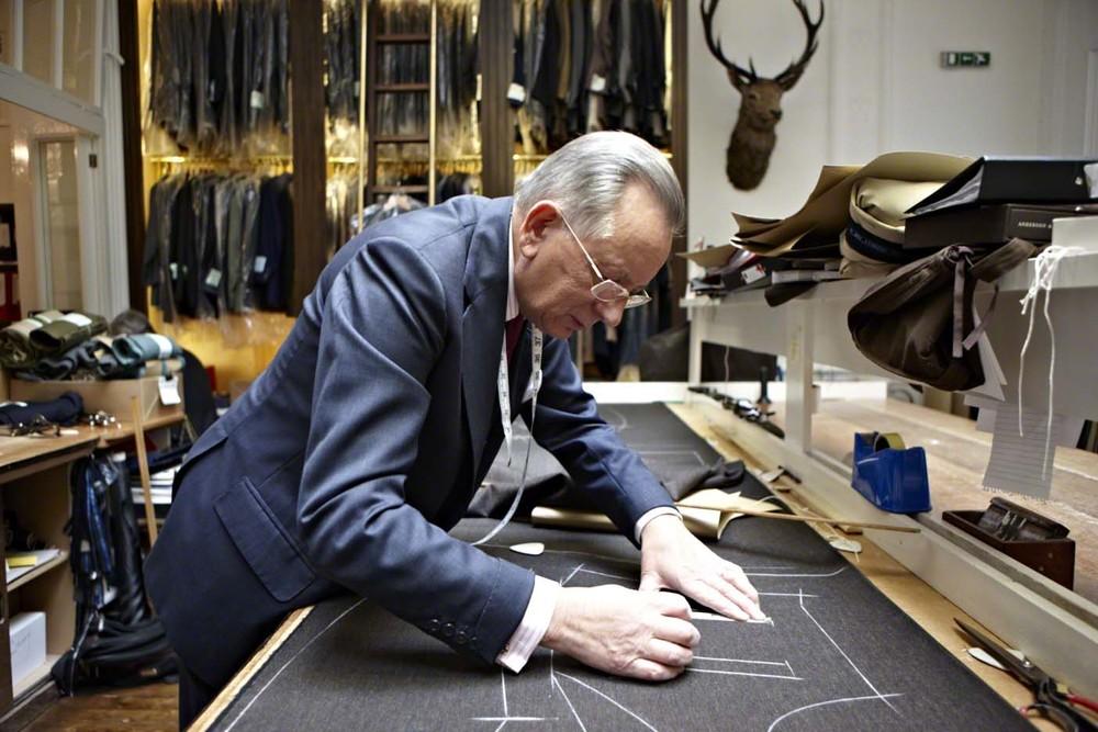 107년 전통을 자랑하는 앤더슨 앤 셰퍼드. 찰스 왕세자가 단골 손님으로 유명하며 지난 1월에 열린 런던 남성복 컬렉션을 진두지휘한 매장이다. 숙련된 장인들이 패턴을 뜨고 시침핀으로 가봉하는 모습은 성스러울 정도다. ©Lama Lee