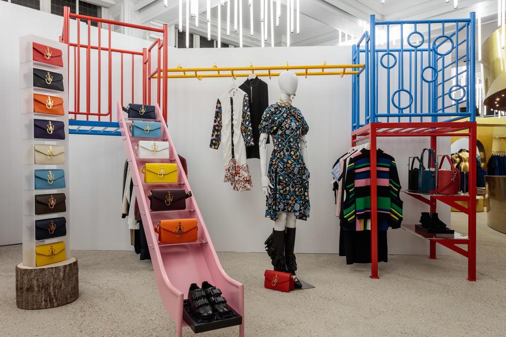 2층에 마련된 런던 패션 위크에서 지금 가장 핫한 디자이너 J.W.앤더슨 (J.W.Anderson)의 디스플레이.©DSM 제공