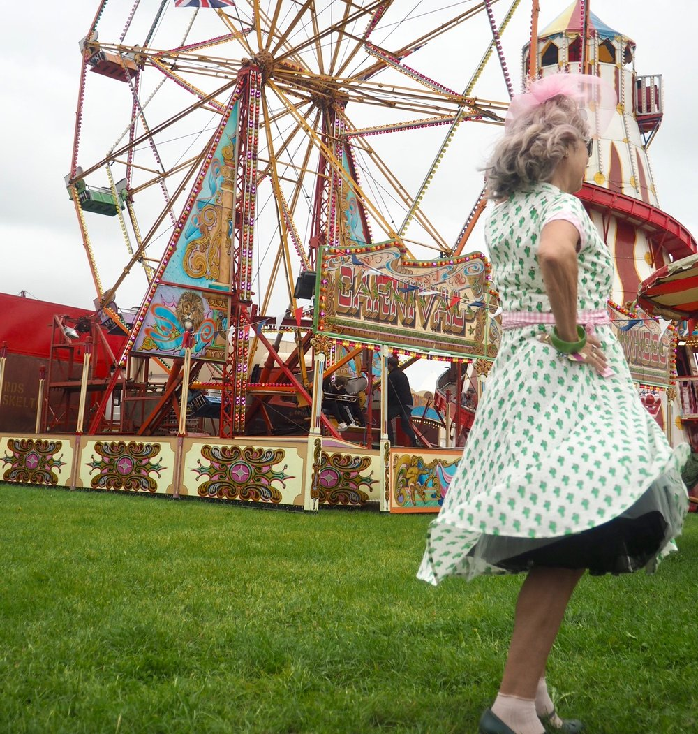 Love the petticoats on this 50s retro dress