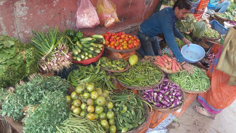Links onderaan, Wilde eetbare plant, Melde ( Melganzevoet) gevonden door Ben Brumagne van Forest To Plate op een marktje in Varanasi, India.