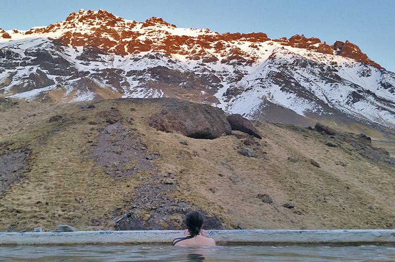 """Jeg ligger i det varme vannet i det """"hemmelige"""" badet Selvjavallalug og ser opp på fjellene. (Foto: Espen Døhlen )"""