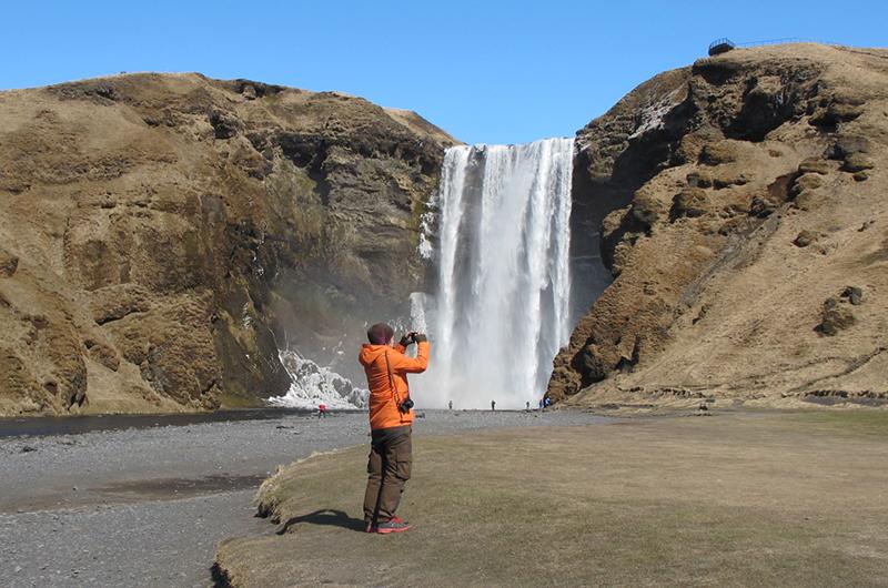 Espen tar bilder ved Skogafoss.