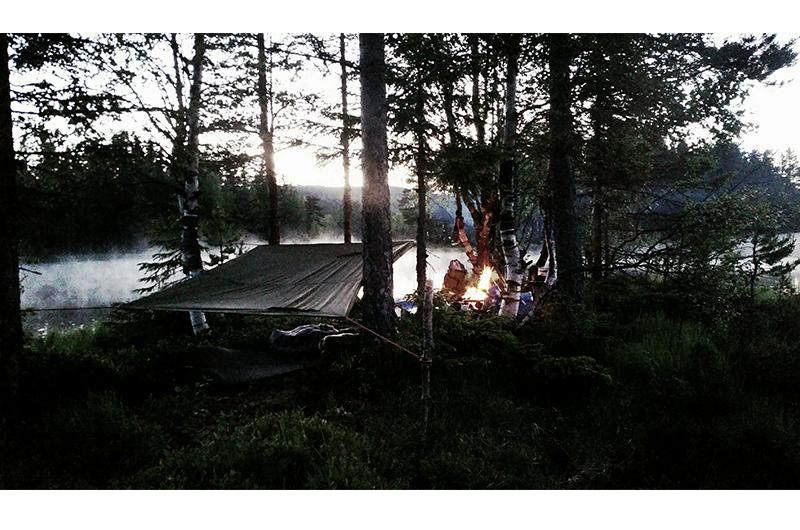 Magisk stemning på øya når disen kom over vannet om kvelden. Bålet holdt oss varme og tarpen beskyttet mot regn (som heldigvis ikke kom). Foto: Espen Edin Døhlen
