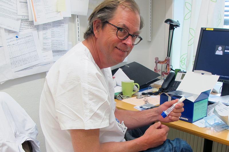 """Overlege Arne Rødseth ved Lovisenberg Diakonale Sykehus forklarer meg hvordan testene fungerer. Han håper de vil være tilgjengelig for pasienter med Ulcerøs Kolitt og Morbus Crohns allerede fra høsten av. Enn så lenge er det kun tilgjengelig for oss """"heldig utvalgte"""" som er med i forskningsprosjektet."""
