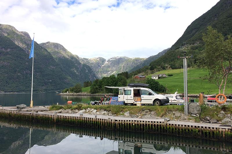 Bodil-bobil parkert i Hardangerfjorden.