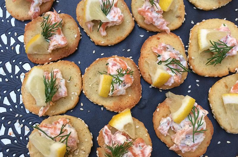 Ostekjeks (LavFODMAP, glutenfrie og laktosefrie) med røketlaks og laktosefri rømme - Oppskriften finner du i  LavFODMAP - Magevennlig mat.