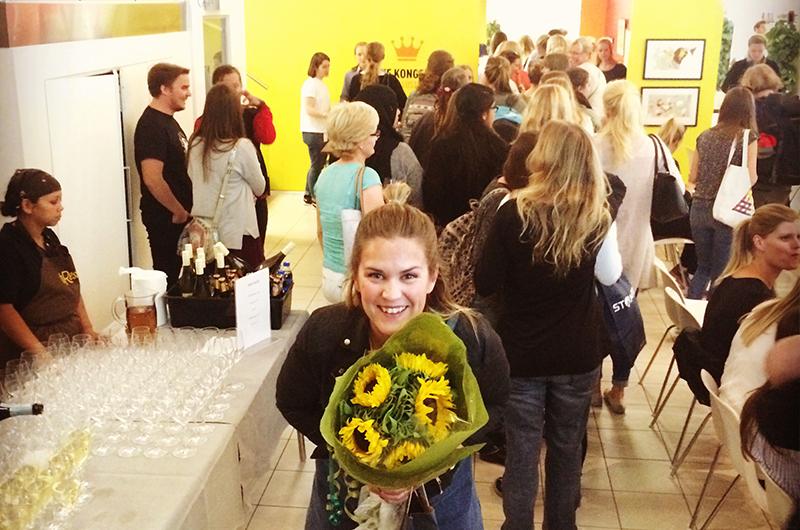 Tenk at så mage står i kø for å få smake på maten min! Min gode venninne Kirsti poserer med en flott blomsterbukett i forgrunn!