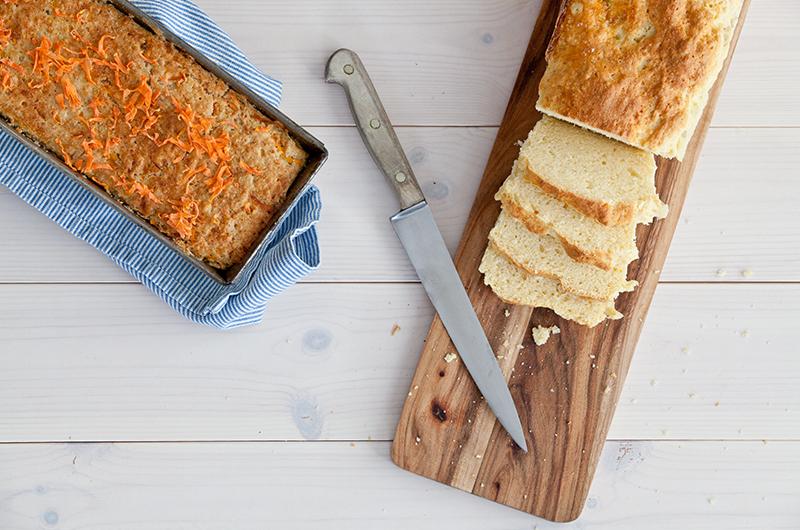 Lag ditt eget lavFODMAP brød og frys ned i skiver. Da kan du enkelt varme opp i brødrister og du beholder fuktigheten i brødet. I boka  LavFODMAP Magevennlig mat  får du oppskriften på både glutenfrie melblandinger som egner seg for bakst, gulerotbrød, lyst brød og rundstykker.
