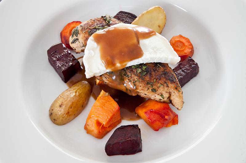 En av høstens gelder er rotgrønsaker i oven. Her servert med kylling og chevre. Husk at rødbete er lavFODMAP ved 20 gram og høy ved 41 gram. Søtpotet er lavFODMAP ved 70 gram og høy ved 140 gram, så her får du finne ut hvor mye du selv tåler og ønsker å bruke. Jeg bruker litt av hver for smakensskyld og tåler det helt fint.