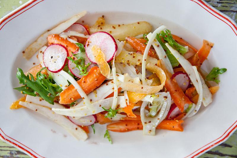 Frisk Crudié er en råkost salat med deilig sennepsdressing. Se oppskrift side 133 i boka LavFODMAP - Magevennlig mat.Foto: Magevennlig mat ved Espen Døhlen