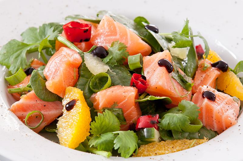 Rå laks og koriander passer perfekt sammen og i denne salaten kombineres de på en frisk, lett og lekker måte. Oppskrift finner du på side 65 i boka  LavFODMAP - Magevennlig mat.  Foto: Magevennlig mat v/ Espen Døhlen