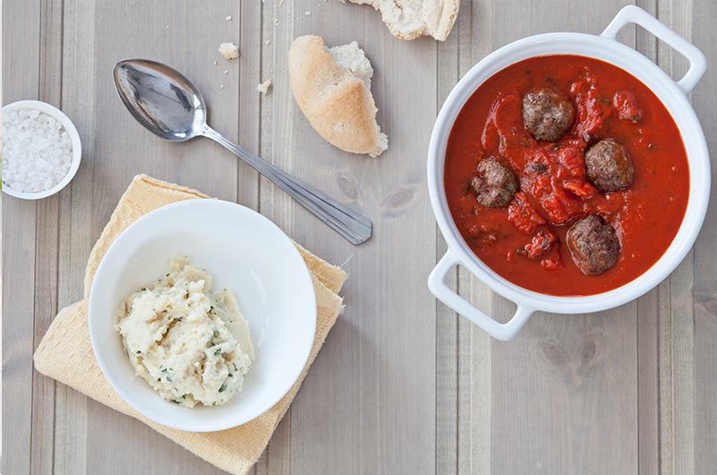 Uimotståelige Italienske kjøttboller med parmensan i, servert i tomatsaus med potetmos til! Se oppskrift på side 79 i  LavFODMAP - Magevennlig mat. Foto: Magevennlig mat v/ Espen Døhlen