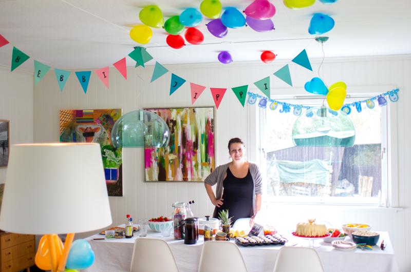 Festpyntet rom,et bugnende kakebord og meg - lettere forfjamset og veldig glad!