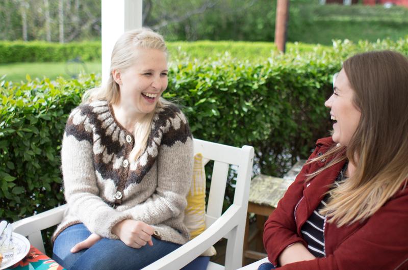 Heldigvis ble været fint nok til at vi kunne sitte ute å hygge oss på terrassen - her to gode venner: Eva og Kirsti!