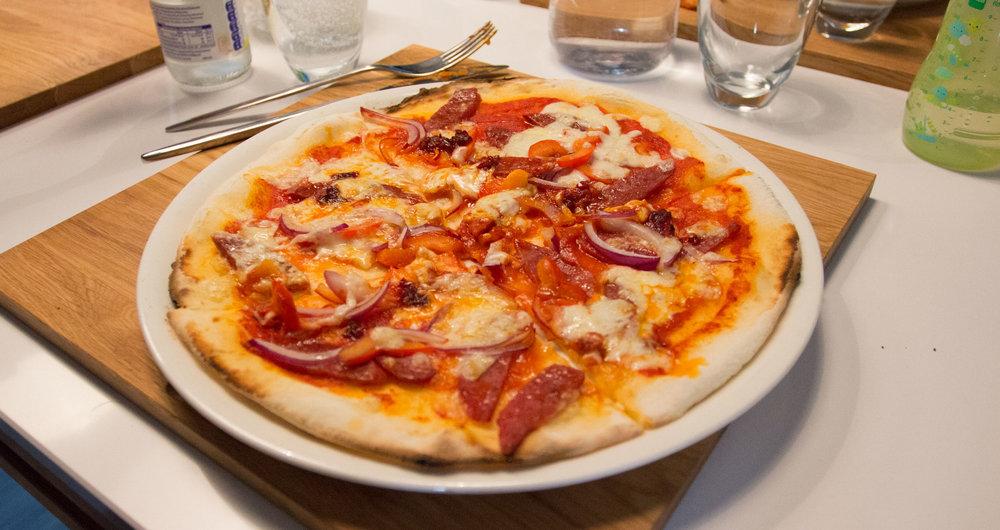 Glutenfri og ekstra sterk pizza til Espen. Denne inneholder løk, så er ikke noe for sensitive mager - men for tøffe typer går det helt bra!