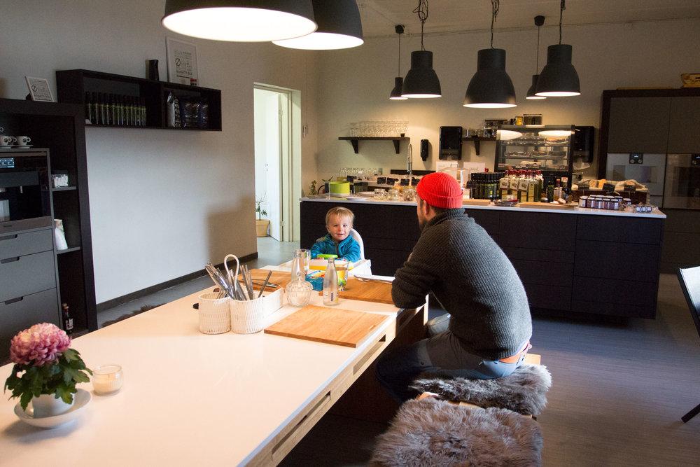 Koselig å sitte på langbord i et kjøkken!