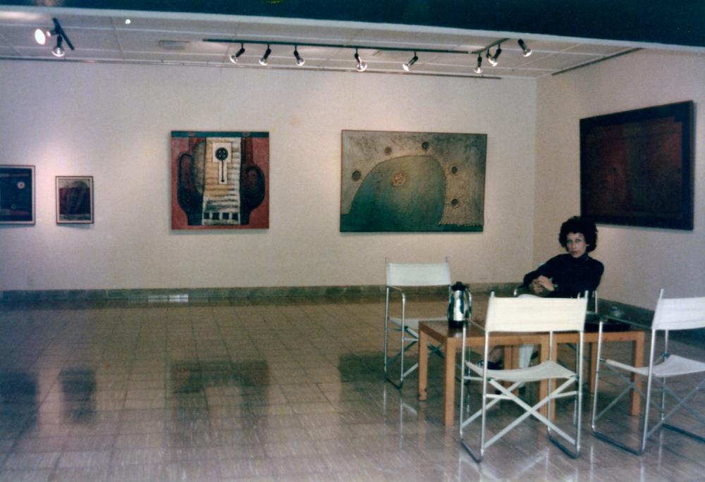 Janine in her gallery,  galería laberinto.