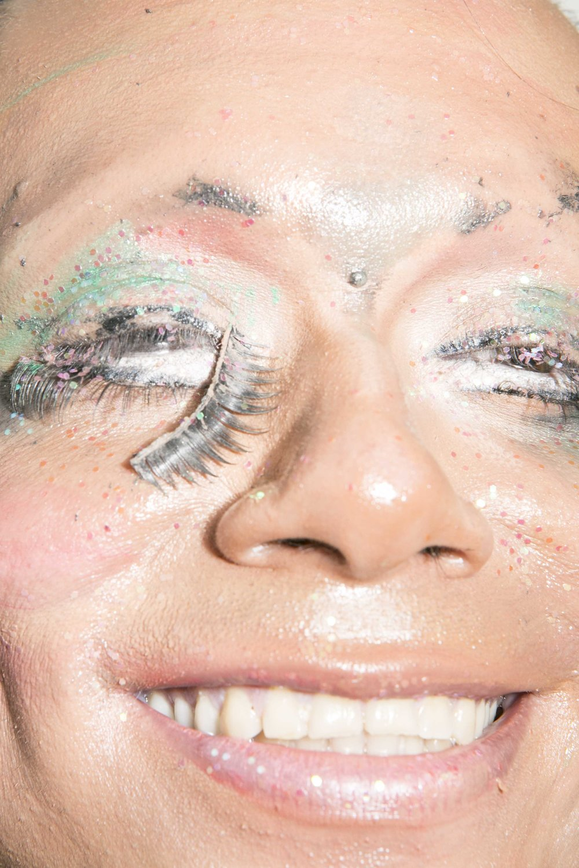 La organización LGBTQIA salvadoreña Asociación Entre Amigos ha notado un incremento del 400% en crímenes de odio de 10 años para acá y resaltan la evidencia de tortura en muchos asesinatos de personas LGBTQIA. Aun sabiendo estas estadísticas NadiA logra tener un buen sentido del humor: «todavía estoy viva y solo eso me importa hoy», dijo mientras trataba de quitarse el maquillaje, empujando la brillantina dentro de sus rasgos más profundos.