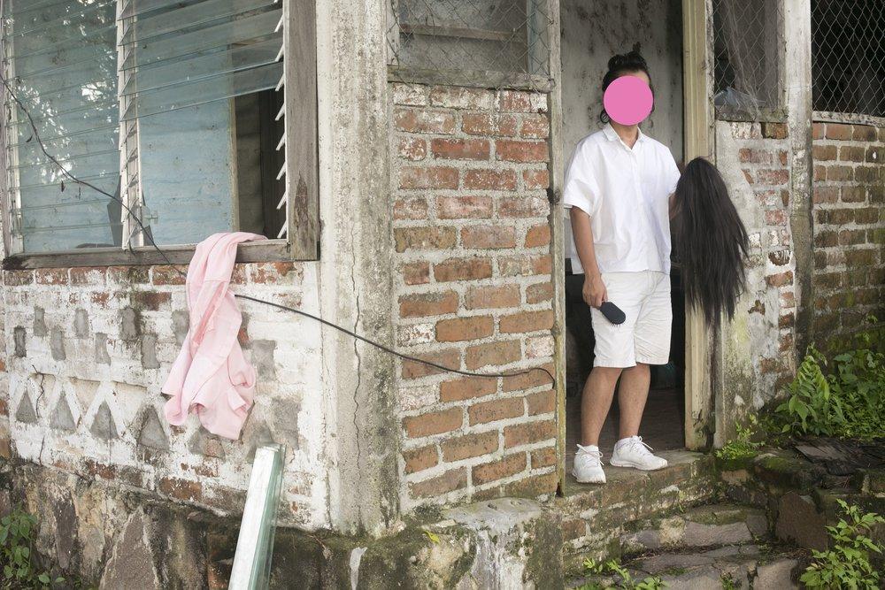 NadiA vive en Soyapango, la ciudad más pobre y peligrosa de El Salvador. Su casa está situada a menos de dos minutos de una de las fronteras invisible entre las pandillas MS 13 y Barrio 18. Las zonas fronterizas son notablemente violentas debido a viejas rencillas territoriales y, si NadiA pusiera un pie en el lugar equivocado, podría morir. La violencia de pandillas agobia su vida, pero la ironía es que hay más personas gay que pandilleros en El Salvador: aproximadamente 100,000 personas gay y solamente 60,000 miembros de pandilla.