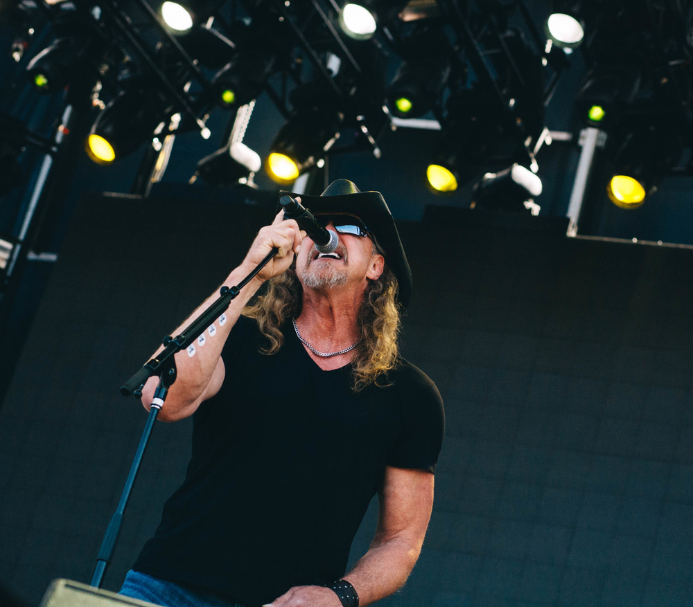 Trace Adkins singing on the Tortuga Stage 4.11.15
