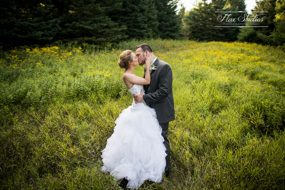 Kissing in tall grass photo ideas