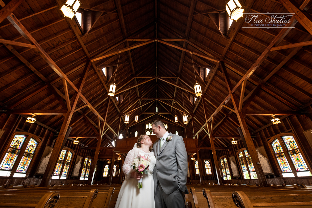 using architecture in wedding photos