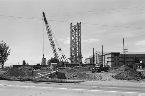 Crane_moving_base_of_first_Space_Needle_leg_into_place_ca_June_30_1961.jpg