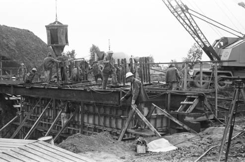 Pouring_concrete_into_Space_Needle_foundation_ca_May_1961.jpg