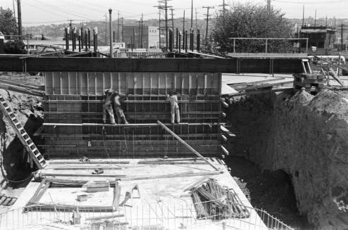 Workers_constructing_Space_Needle_foundation_framework_May_1961.jpg