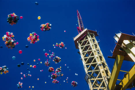 Space_Needle_derrick_and_balloons_ca_July_1961.jpg