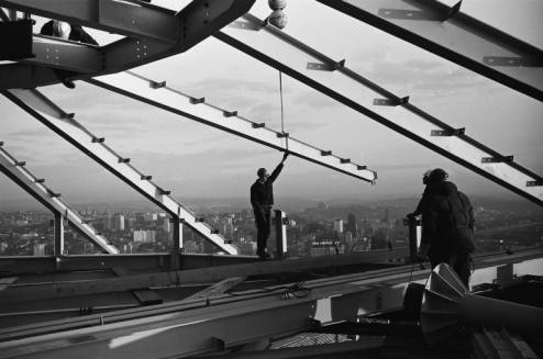 Workers_install_Space_Needle_roof_beam_ca_December_5_1961.jpg