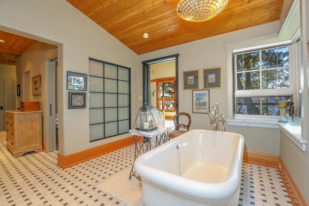 034-Master_Bathroom-2554151-large.jpg