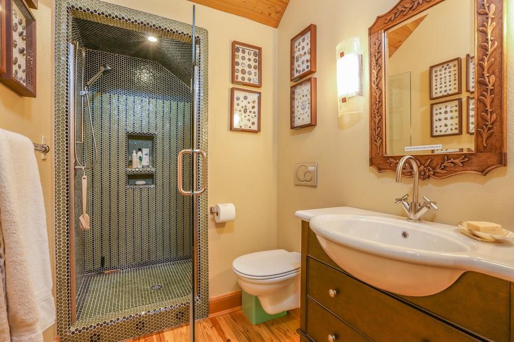 090-Bathroom-2554181-large.jpg