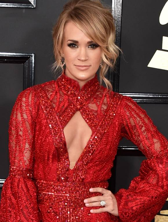 carrie-underwood-grammys-2017-red-carpet2__oPt.jpg
